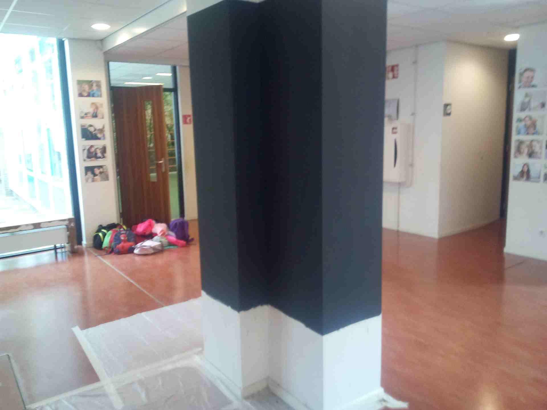 Afbeelding: muurtje met magneetverf op school.