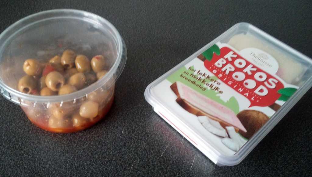 Afbeelding: foto van olijven in sambal en een pak kokosbrood