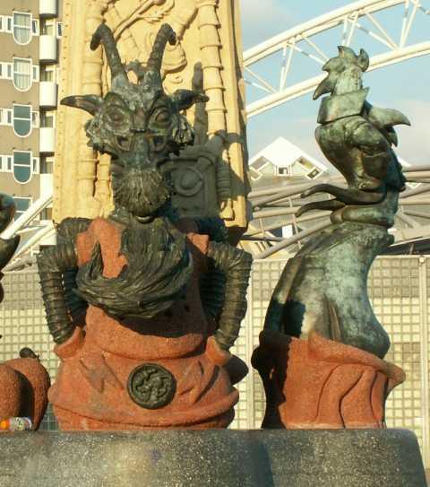 """foto standbeeld """"ode aan marten toonder"""", Blaak Rotterdam, detailafbeelding professor Sickbock en de markies de Canteclaer"""