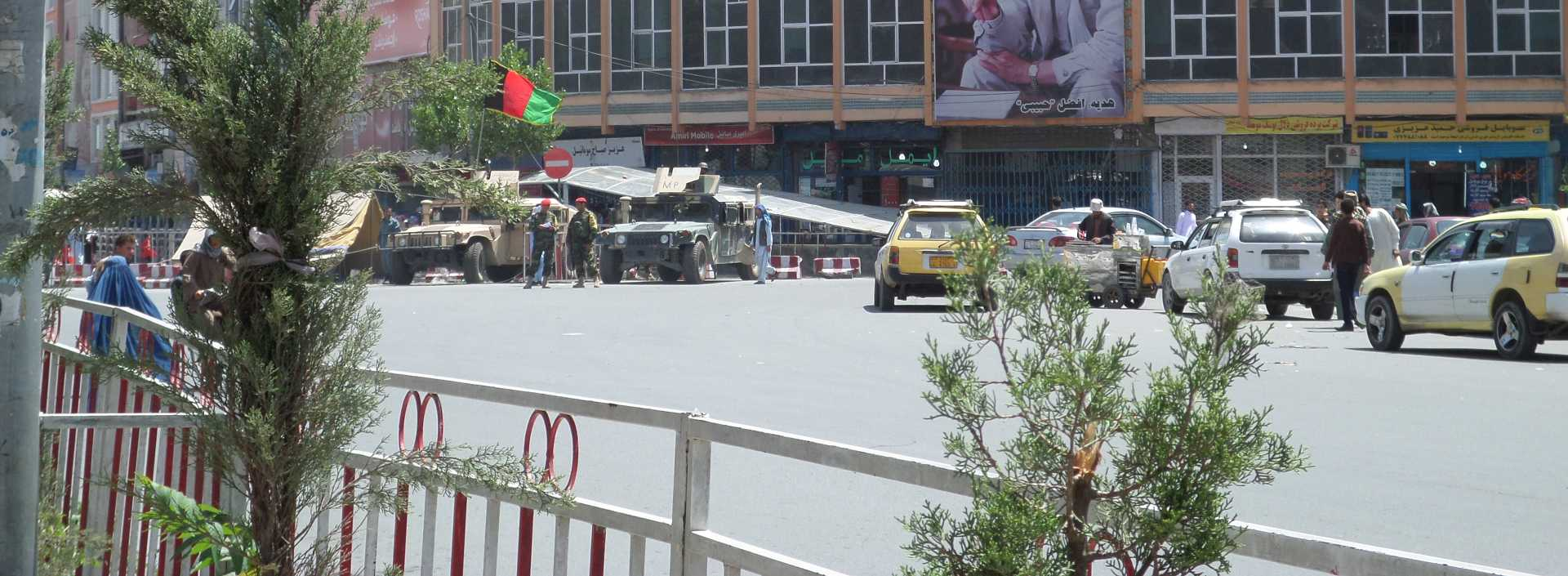 Afbeelding: Afghanistan, Plaza hotel in Kaboel bewaakt door gewapende militairen met hummers.