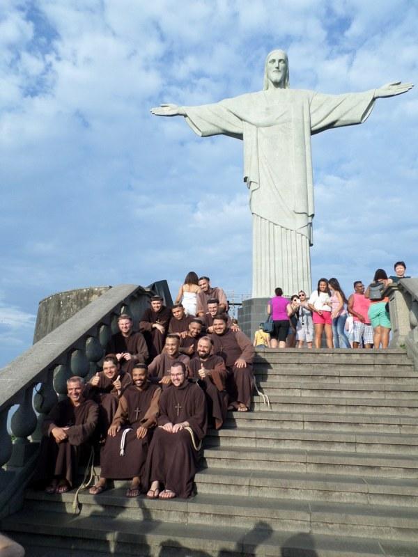 het beeld van christus de verlosser in Rio, met paters op de voorgrond