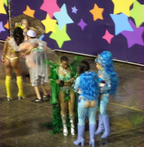 deelnemers na afloop van de parade in het sambadome, carnaval in Rio de Janeiro
