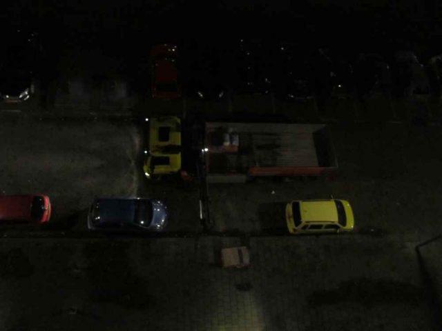 vrachtwagen levert tegels voor badkamer in de rotterdamse adriaan dortsmanstraat af