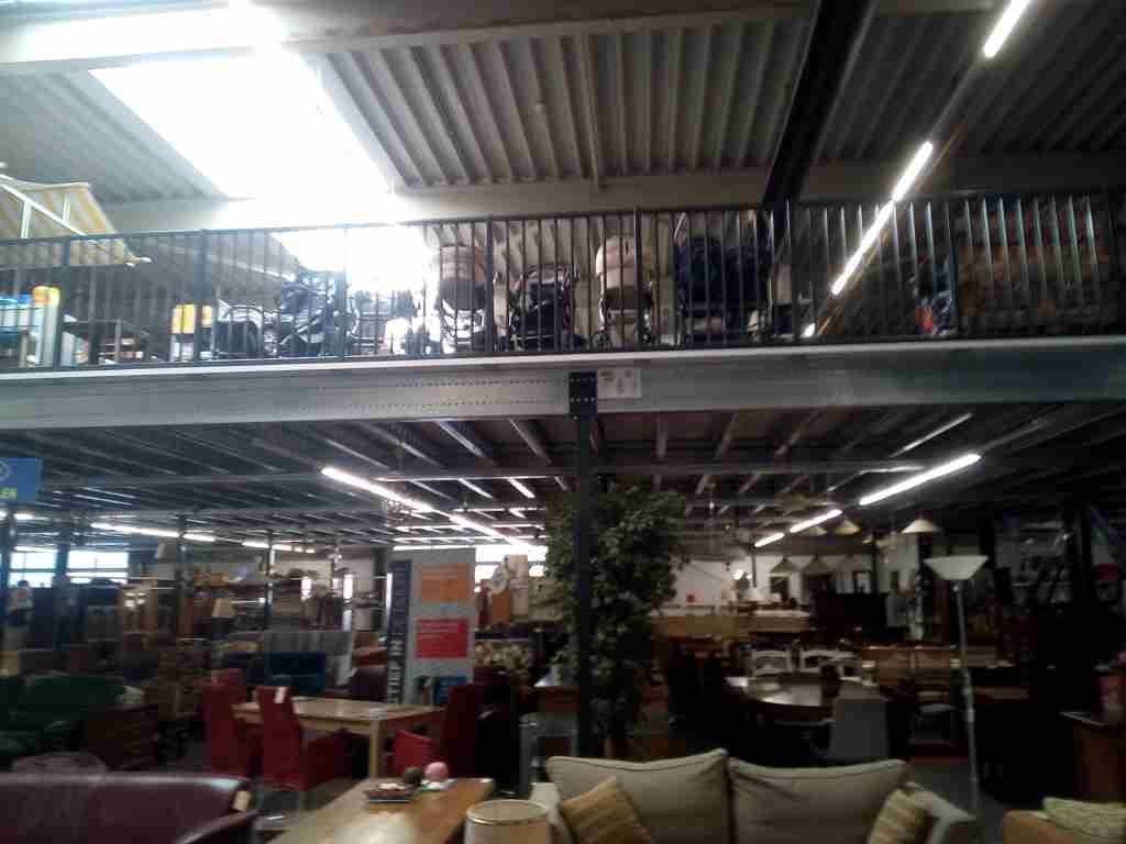 grote kringloopwinkel Opnieuw & Co, Rotterdam