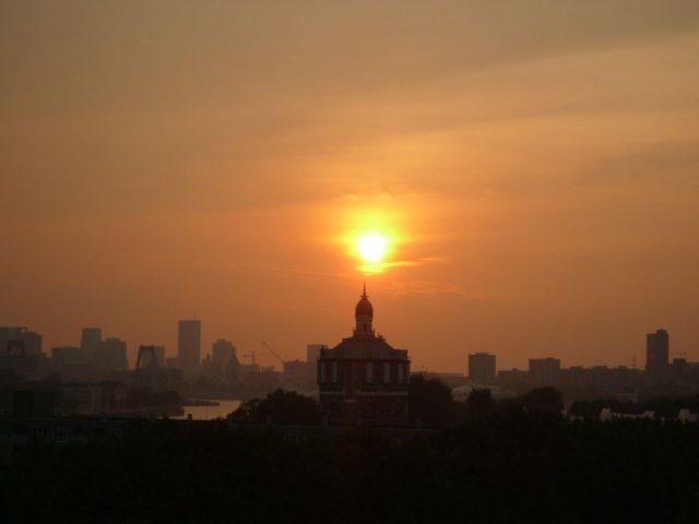 Rotterdam, De Esch: zonsondergang met de zon net boven de watertoren