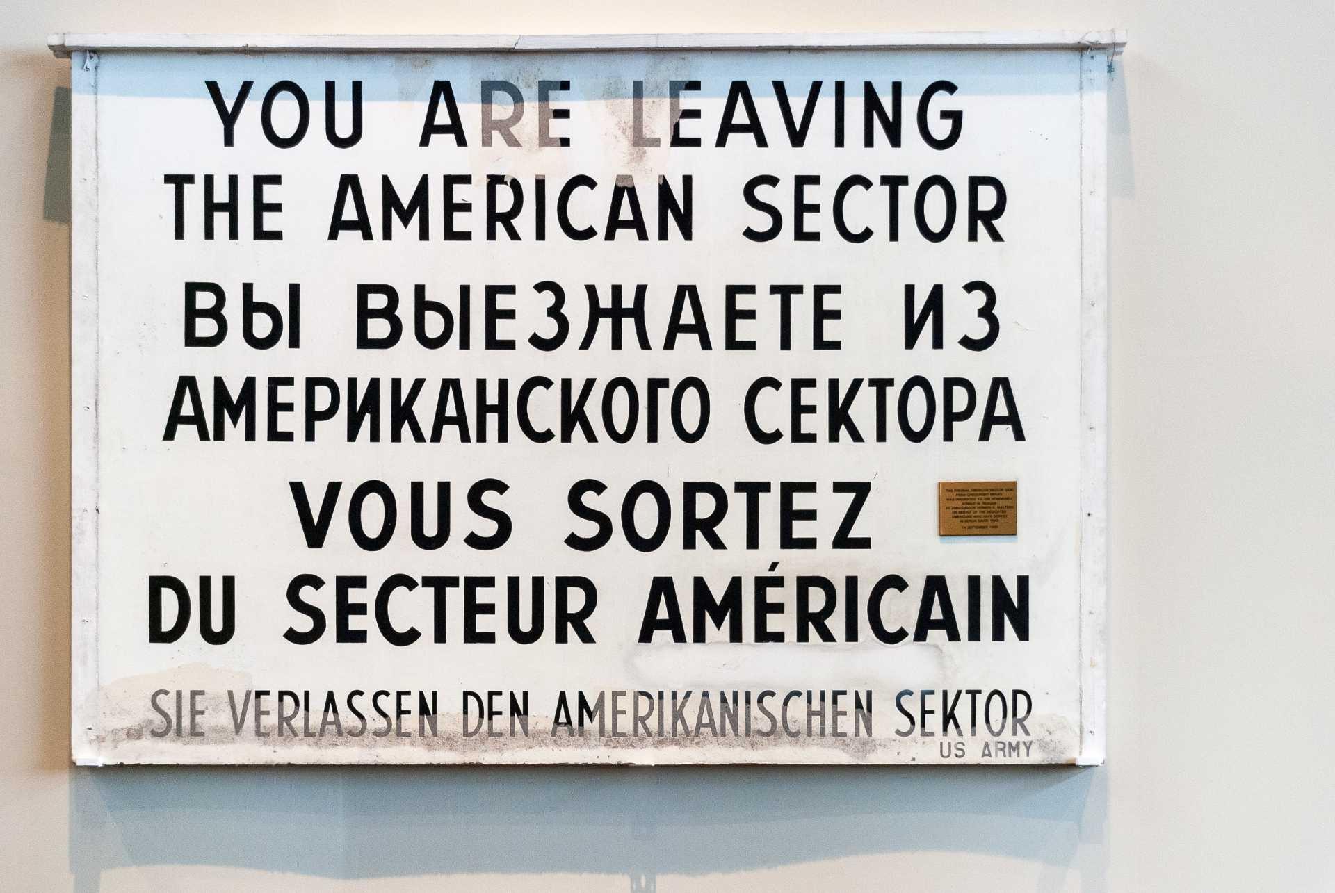 afbeelding: bord in vier talen in berlijn tijdens de koude oorlog