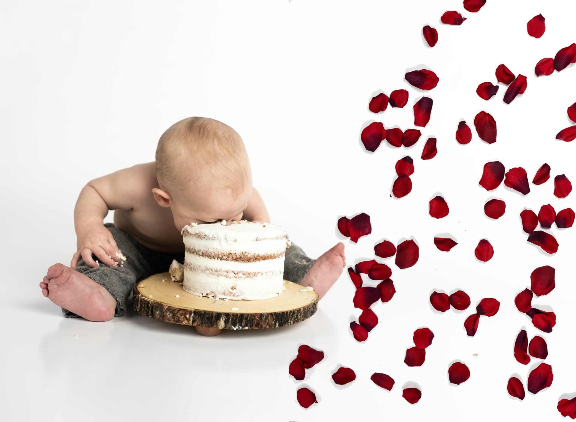 afbeelding: kind met hoofd in taart als metafoor voor politici hebberig naar het pluche