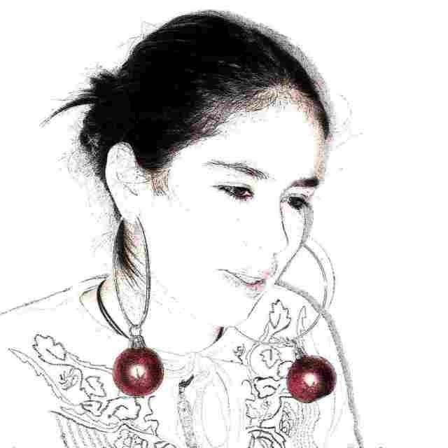 peetdochter met kerstballen als oorbellen