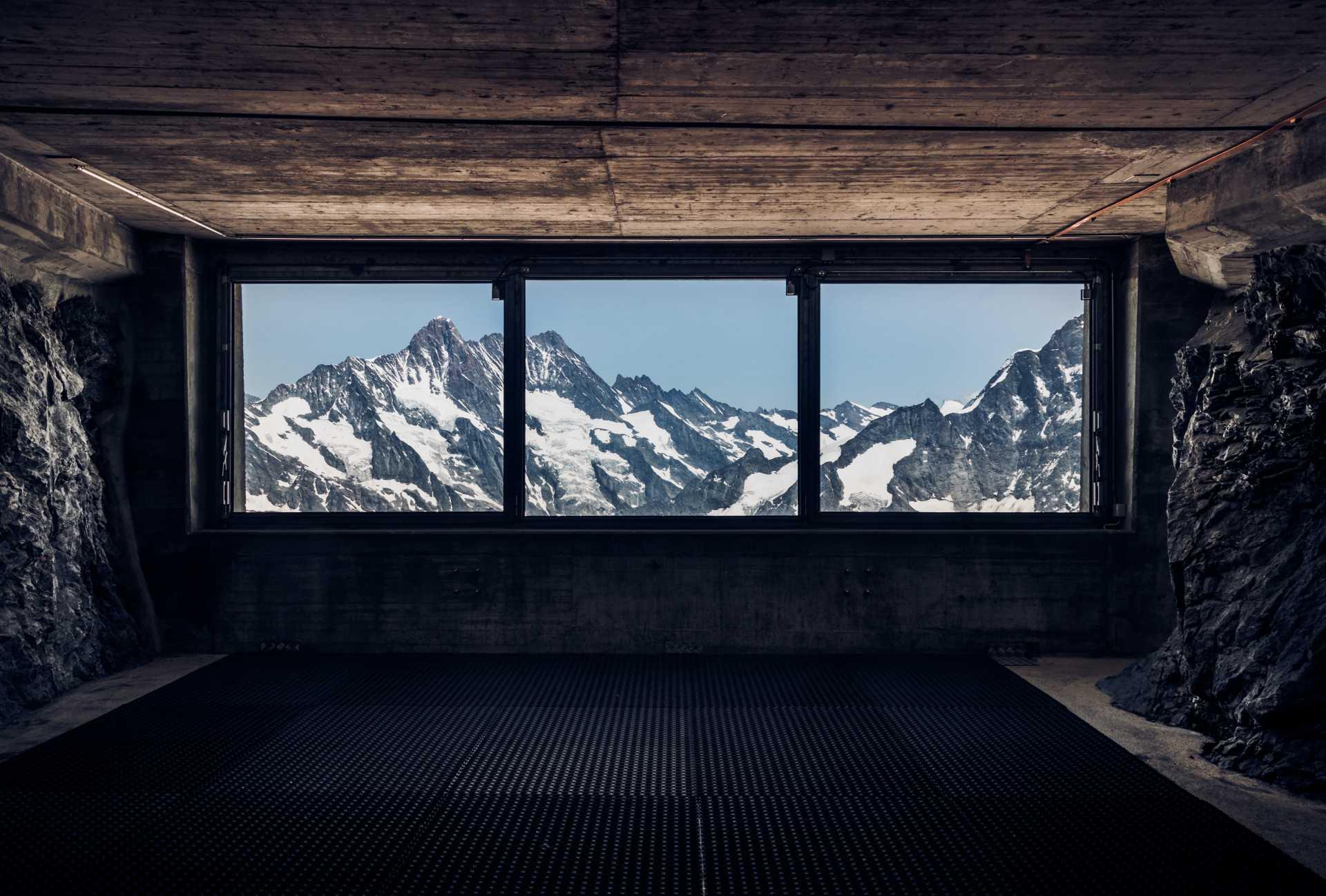 uitzicht op berg vanuit raam