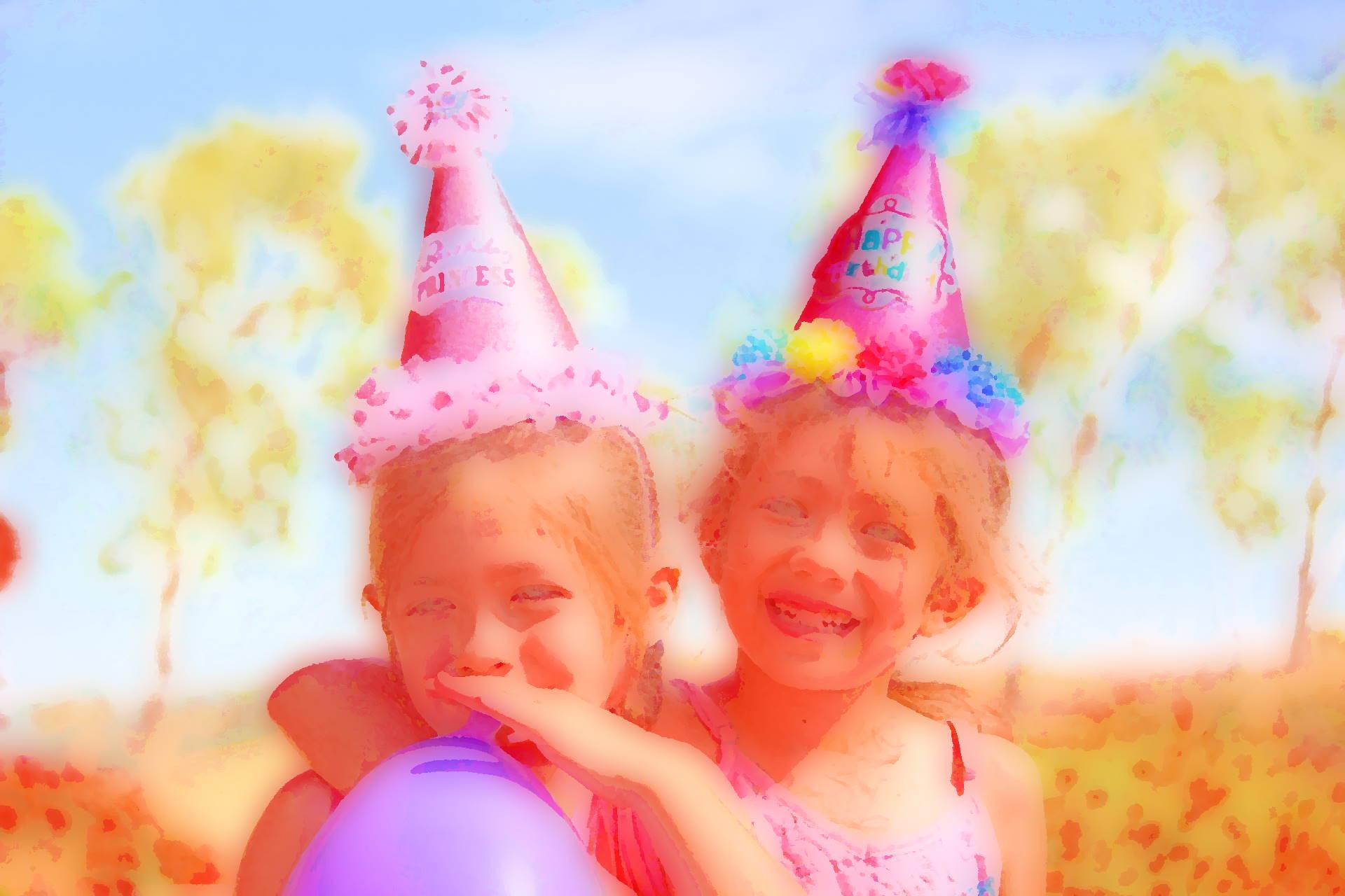 afbeelding: twee kinderen vieren verjaardag.