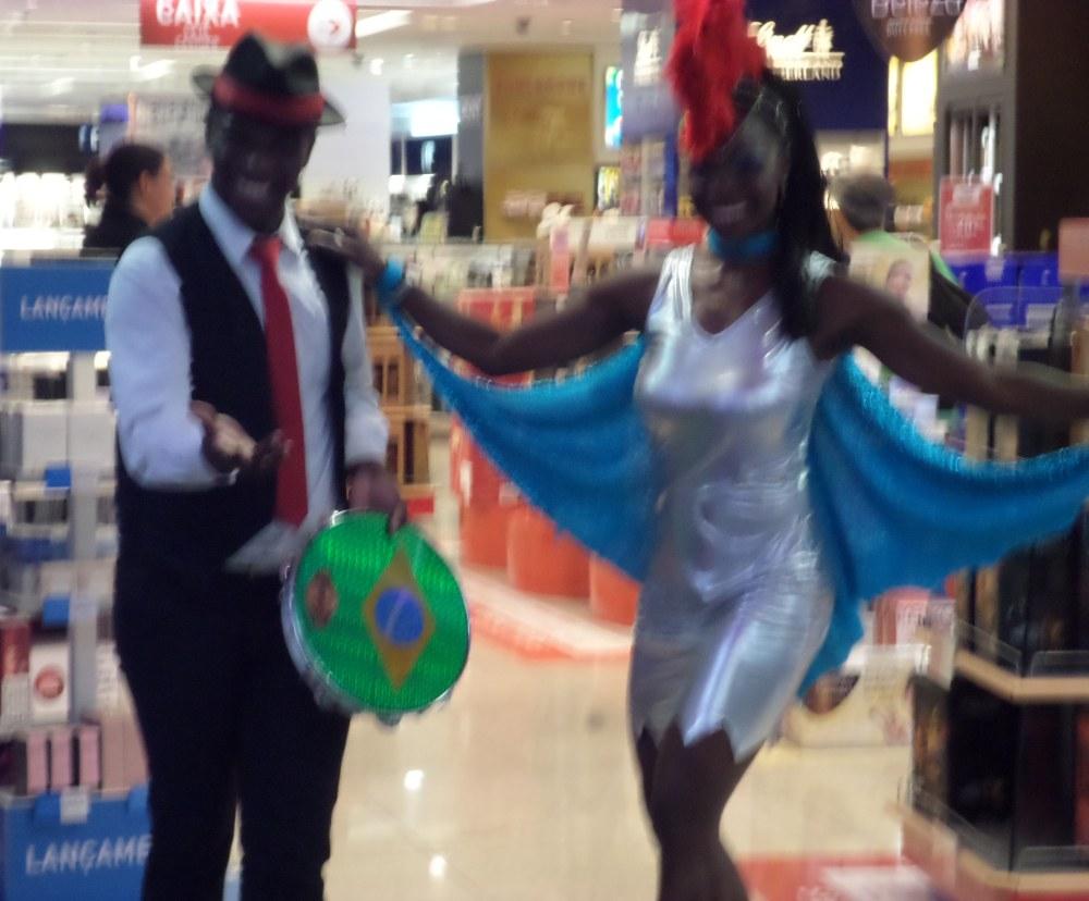 slijterij op het vliegveld van Rio de Janeiro, met danseres
